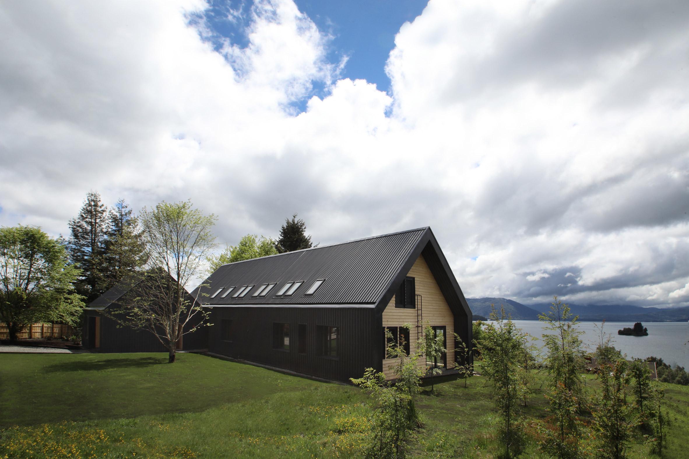 Apio Arquitectos creates gabled holiday house overlooking Chilean lake