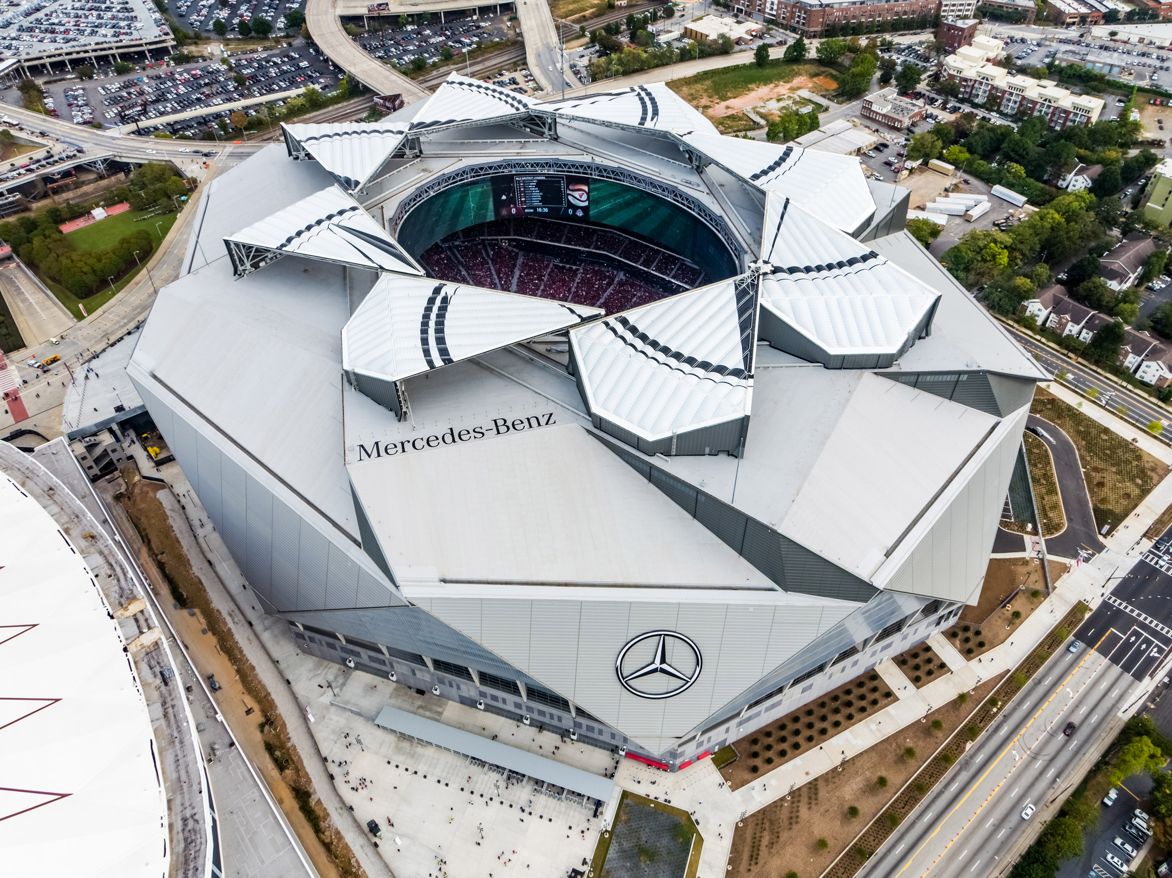 Atlanta stadium by hok hosts american football games under for Mercedes benz stadium roof
