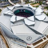 "Atlanta stadium by HOK hosts American football games under retractable ""petals"""