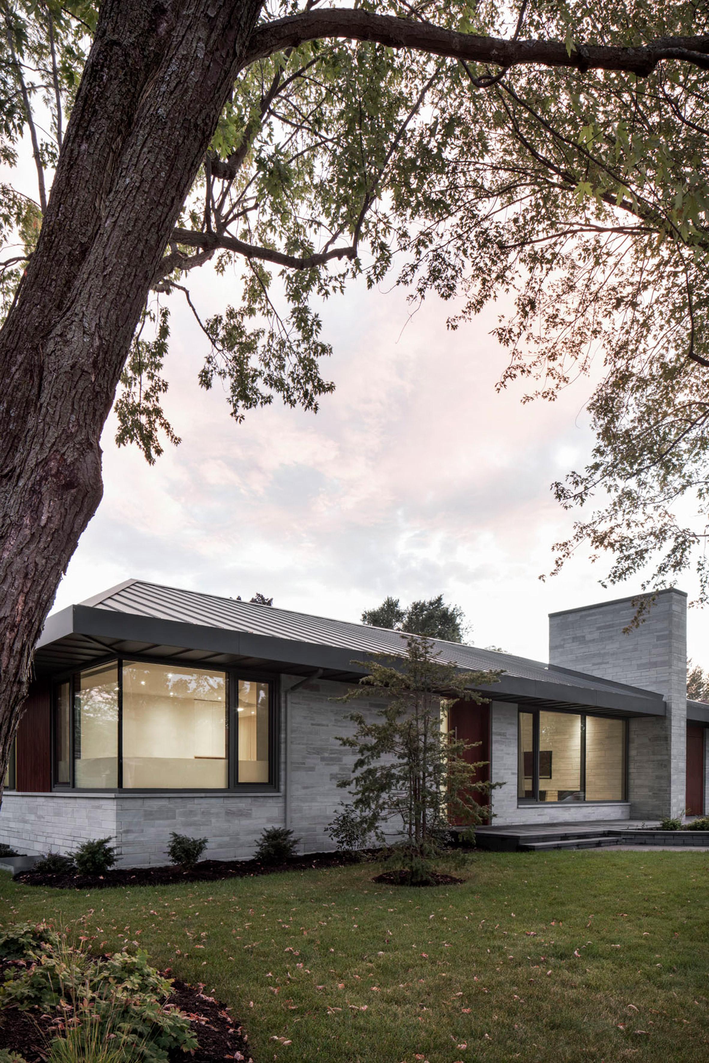 Naturehumaine updates mid-century Prairie House with minimalist interiors