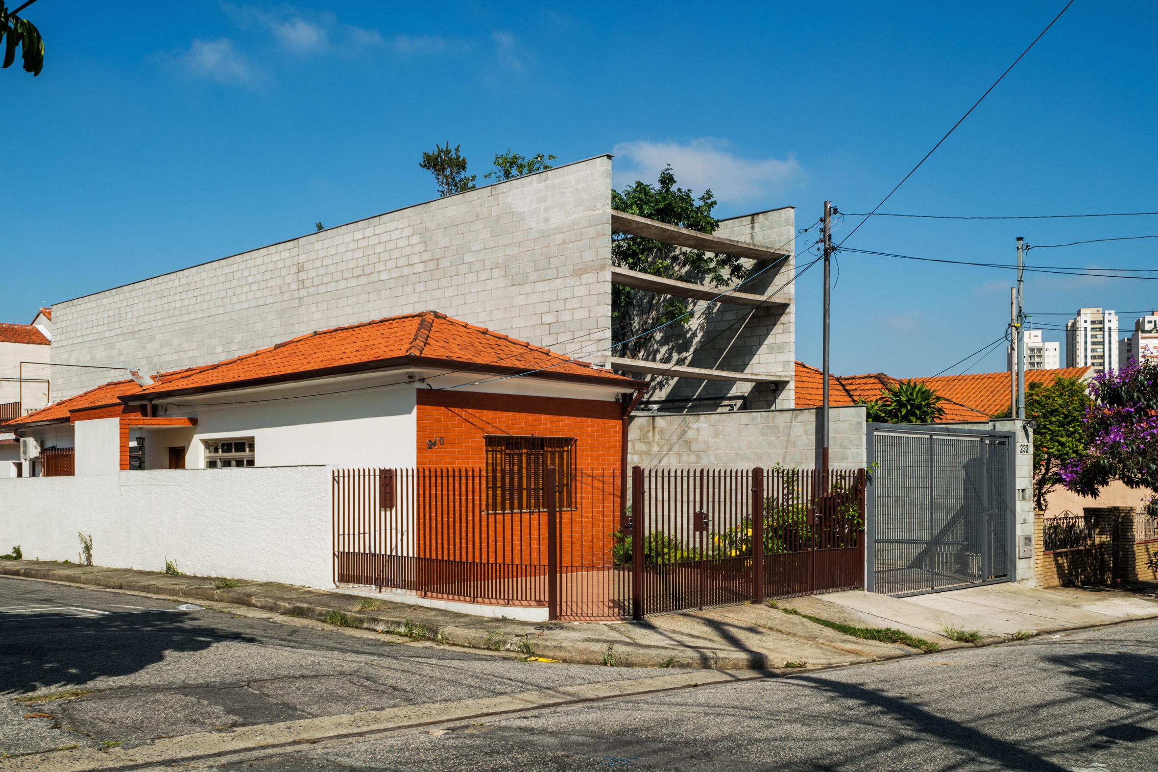 Terra e Tuma creates narrow concrete house for dense area of São Paulo