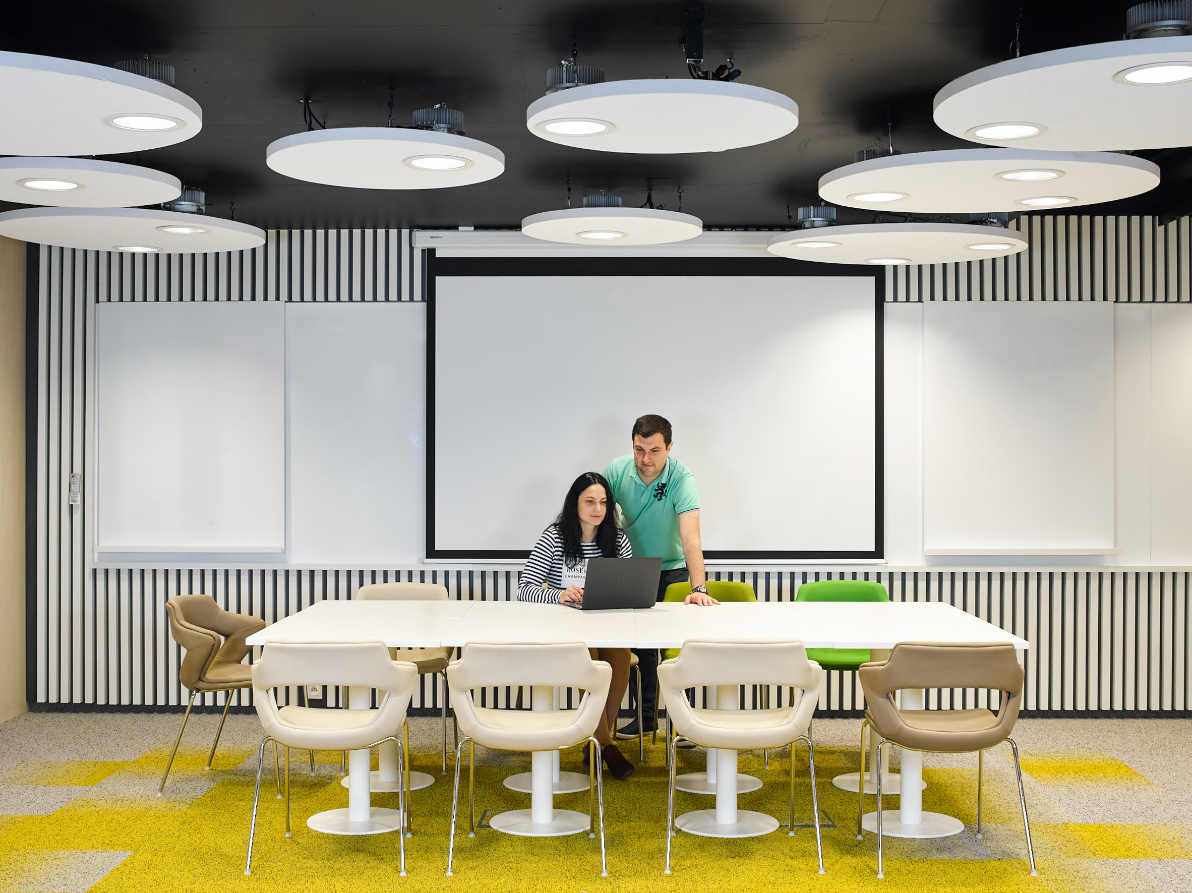 Fluctuating LED office lights offer workers caffeine-like