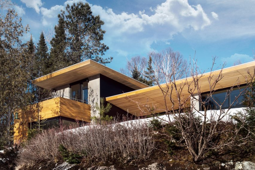 Bird's wings inform V-shaped roof over Quebec ski chalet by YH2