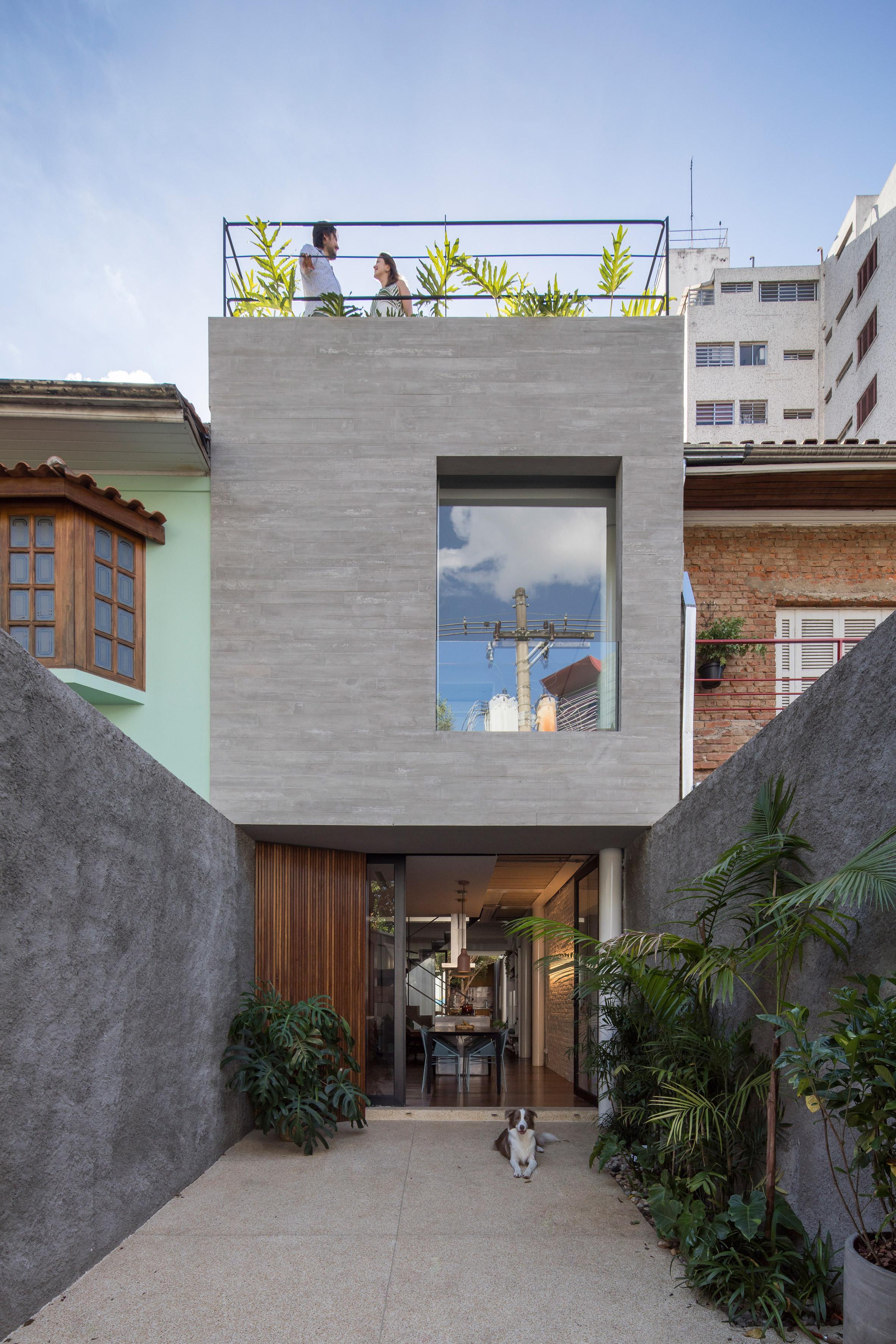 Estúdio BRA creates slender urban home for young couple in São Paulo