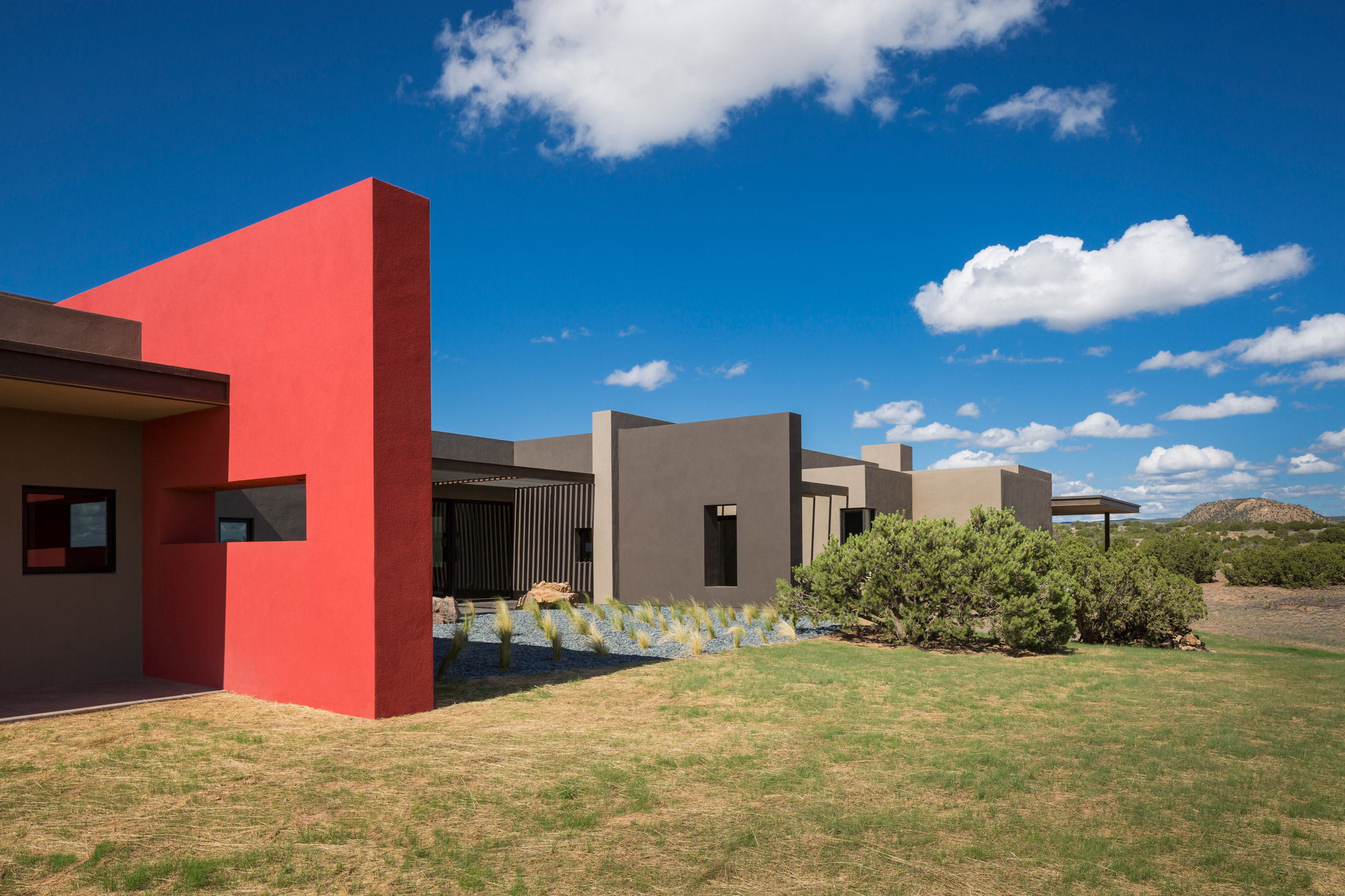 Red wall cuts through New Mexico house by Archaeo