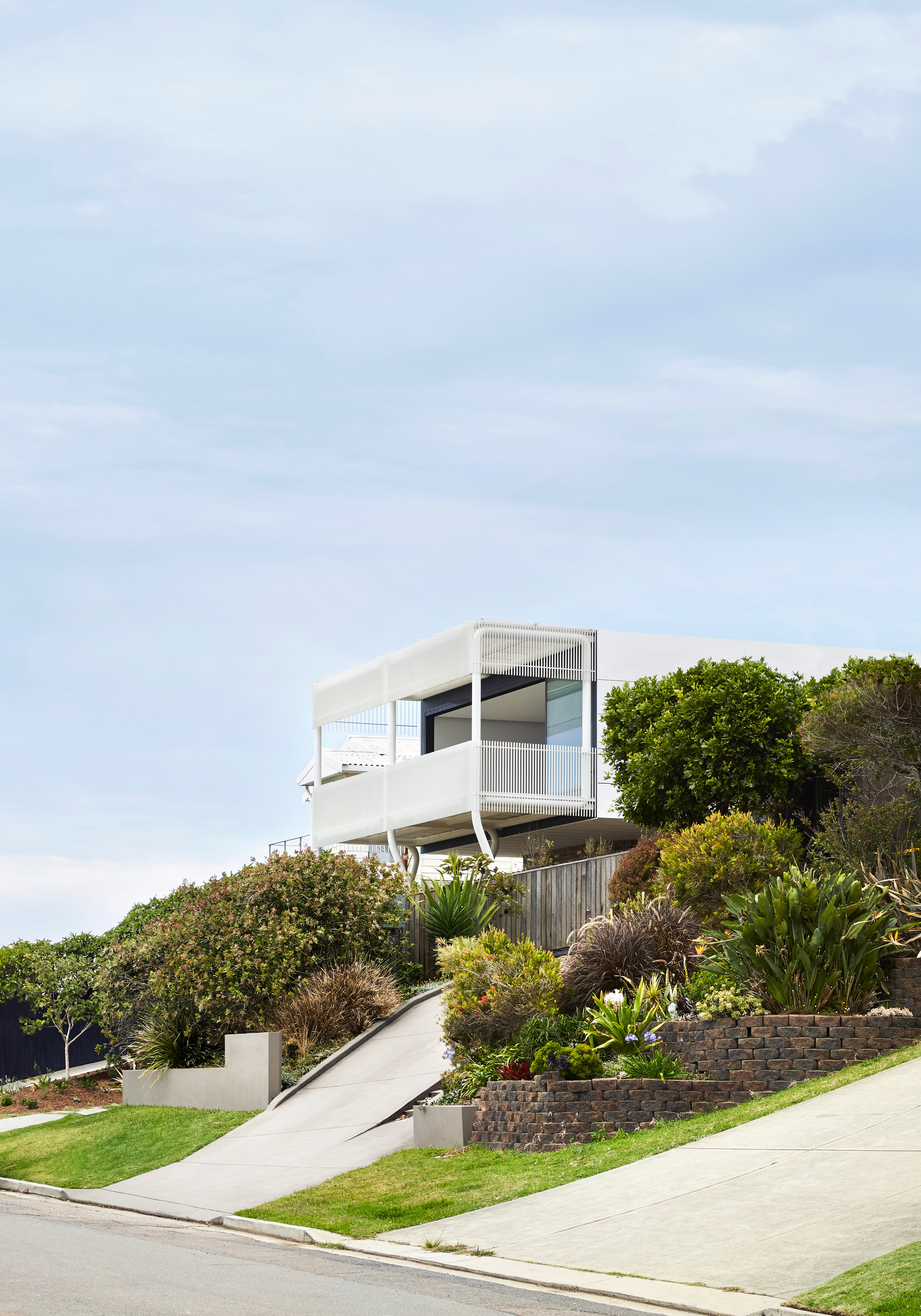 """Giant steel """"paperclips"""" support living spaces and ocean-facing balcony at New South Wales house"""