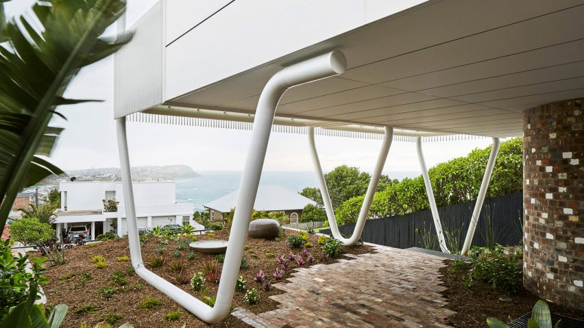 "Giant steel ""paperclips"" support living spaces and ocean-facing balcony at New South Wales house"