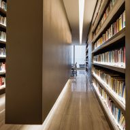 "Studio Arthur Casas uses books to brighten ""austere"" law office in Brazil"