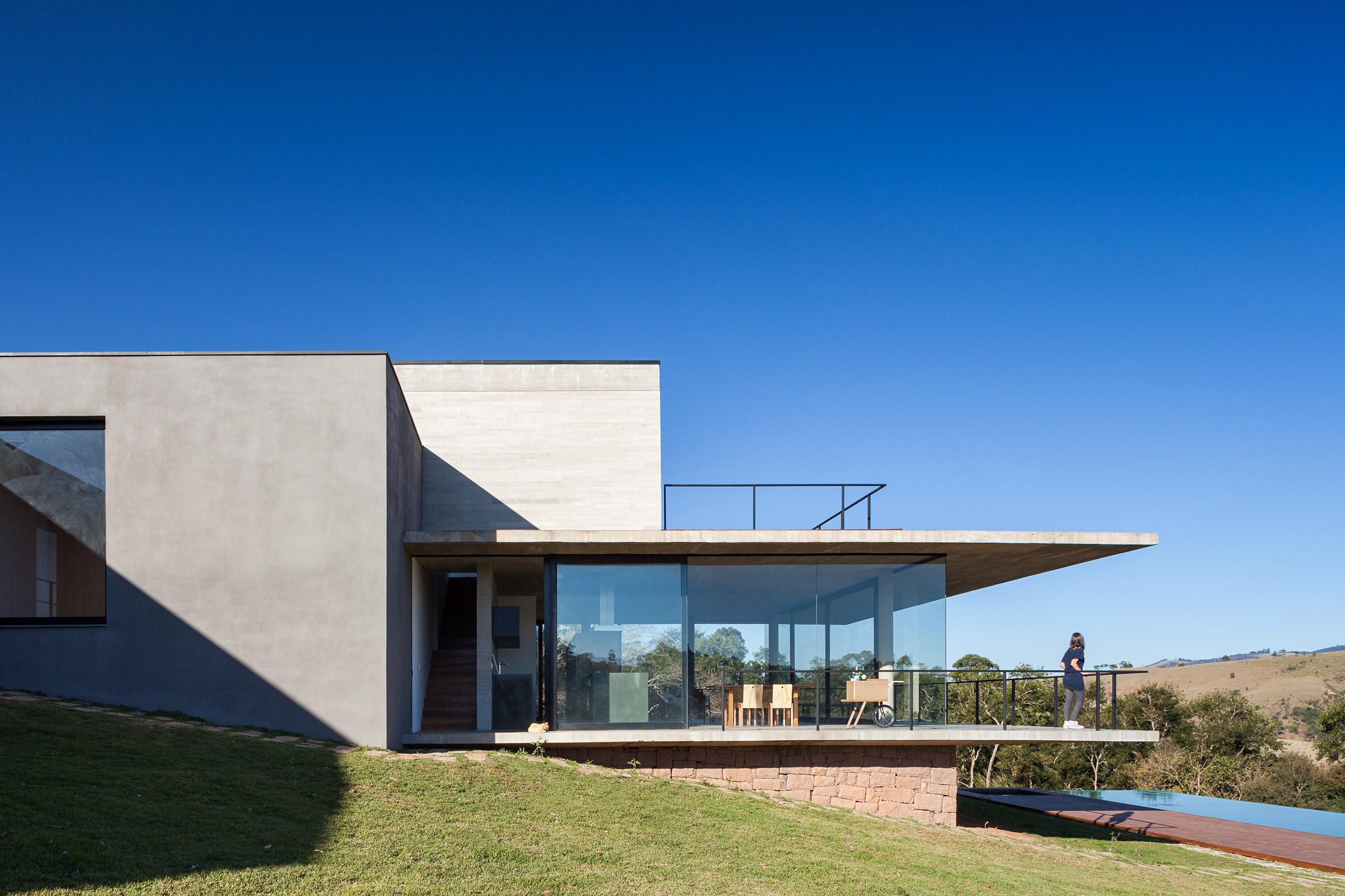 Concrete balcony extends from Brazilian house by Felipe Rodrigues