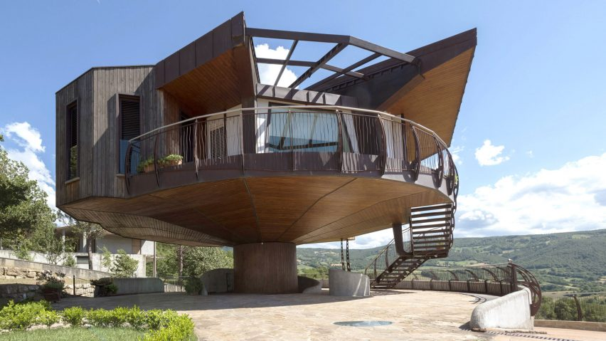 Fully Rotating House Built In Italian Countryside