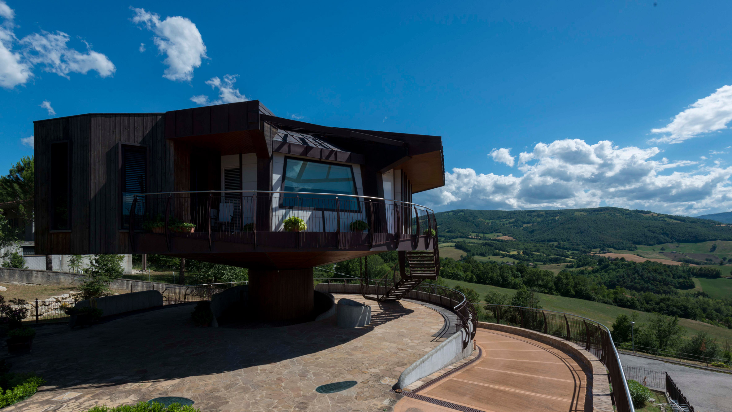 Fully rotating house built in Italian countryside by Roberto