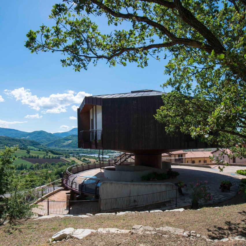 Fully rotating house built in Italy