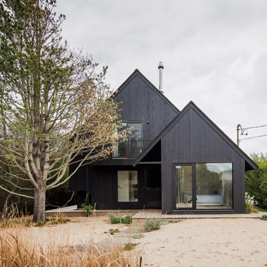 T W Ryan renovates and extends black Surf House in Montauk Rabbit Warren House Plans on track plans, rocket mass heater plans, house plans, chicken nesting boxes plans, chicken coop plans, n scale layout plans, food court design plans, ramp plans, lodge plans, pigeon coop plans, dovecote plans, tower plans,