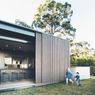 Sliding eucalyptus-wood screens wrap house on Australia's Sunshine Coast
