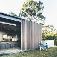Sliding eucalyptus-wood screens wrap house on Australia's Sunshine Coast