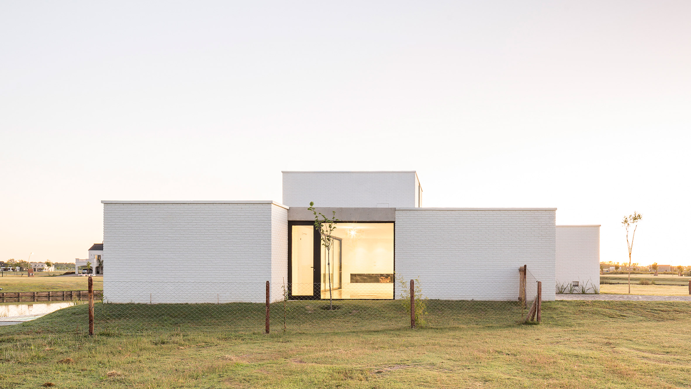 BHY Arquitectos creates austere white Casa Lucia on outskirts of Buenos Aires