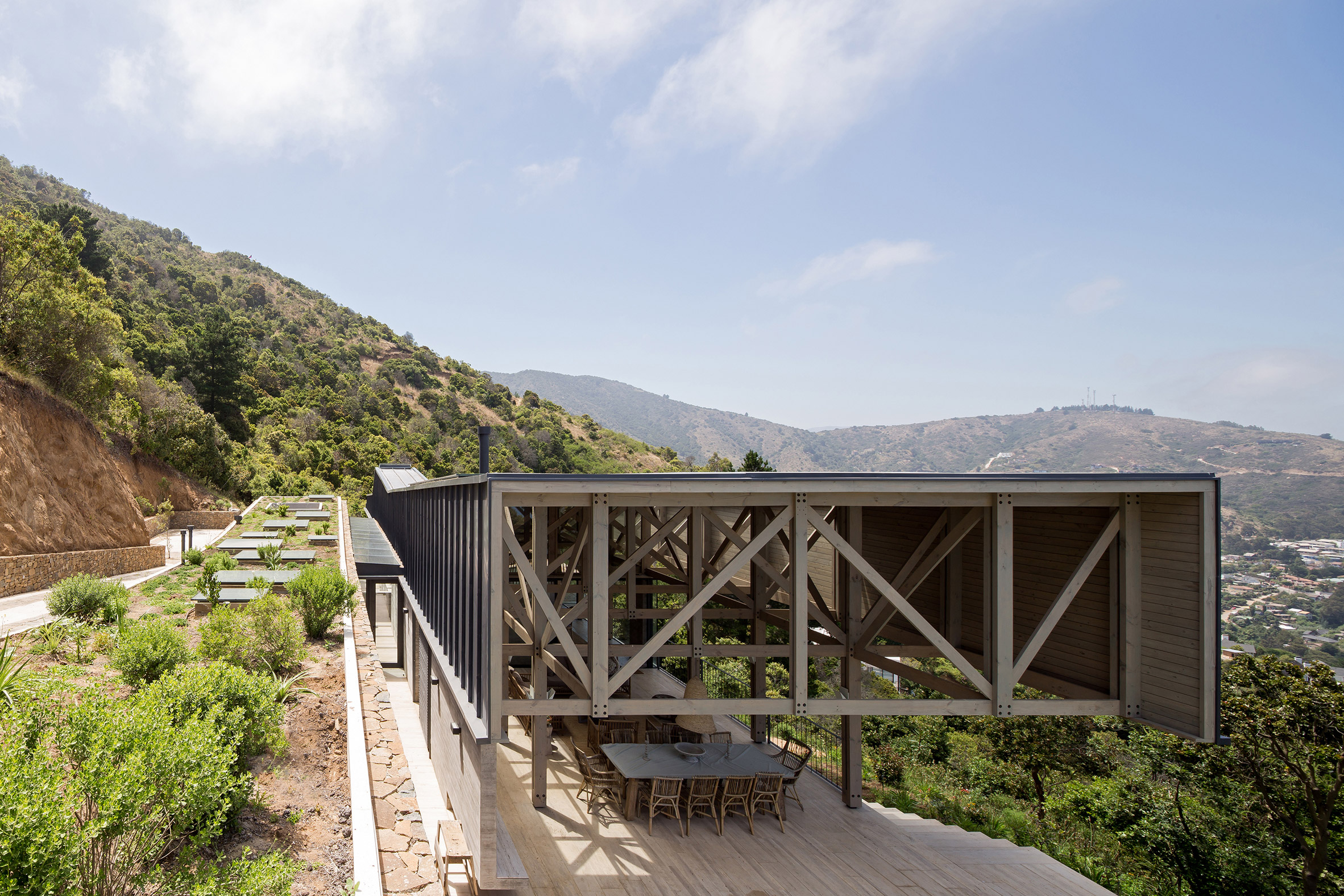 "Sun Arquitectos tops Casa El Boldo in Chile with ""barn-style"" roof"