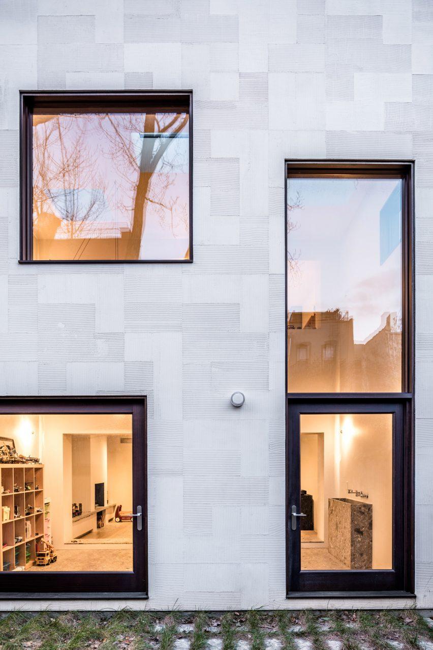 extended townhouse vondalwig architecture brooklyn new york dezeen 2364 col 1 852x1277 - NGÔI NHÀ THÔNG THOÁNG VÀ TRÀN NGẬP ÁNH SÁNG TỰ NHIÊN