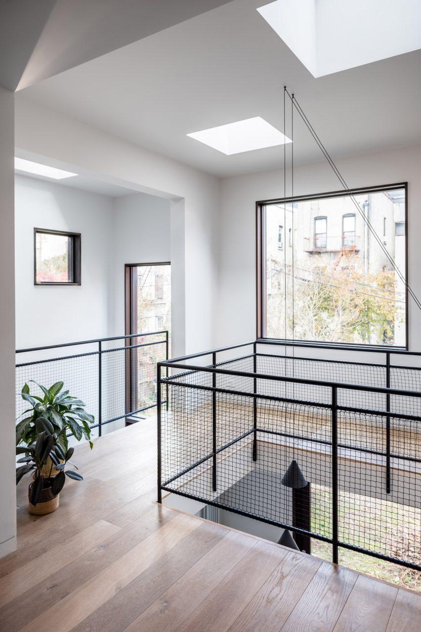 extended townhouse vondalwig architecture brooklyn new york dezeen 2364 col 2 852x1277 - NGÔI NHÀ THÔNG THOÁNG VÀ TRÀN NGẬP ÁNH SÁNG TỰ NHIÊN