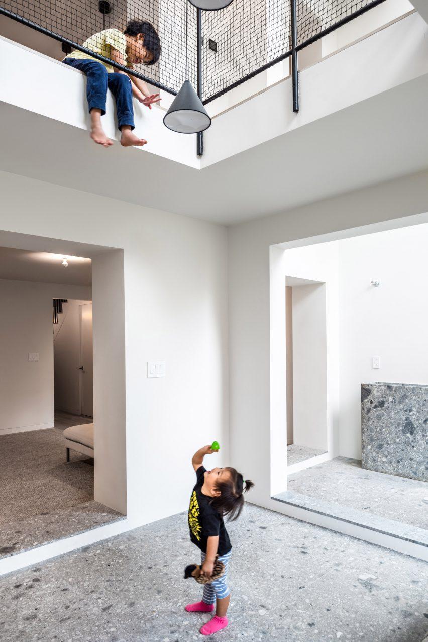 extended townhouse vondalwig architecture brooklyn new york dezeen 2364 col 4 852x1277 - NGÔI NHÀ THÔNG THOÁNG VÀ TRÀN NGẬP ÁNH SÁNG TỰ NHIÊN