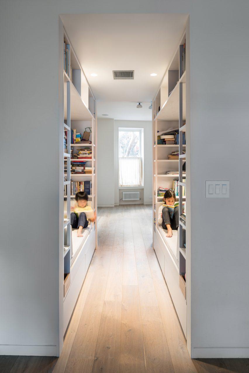 extended townhouse vondalwig architecture brooklyn new york dezeen 2364 col 5 852x1274 - NGÔI NHÀ THÔNG THOÁNG VÀ TRÀN NGẬP ÁNH SÁNG TỰ NHIÊN