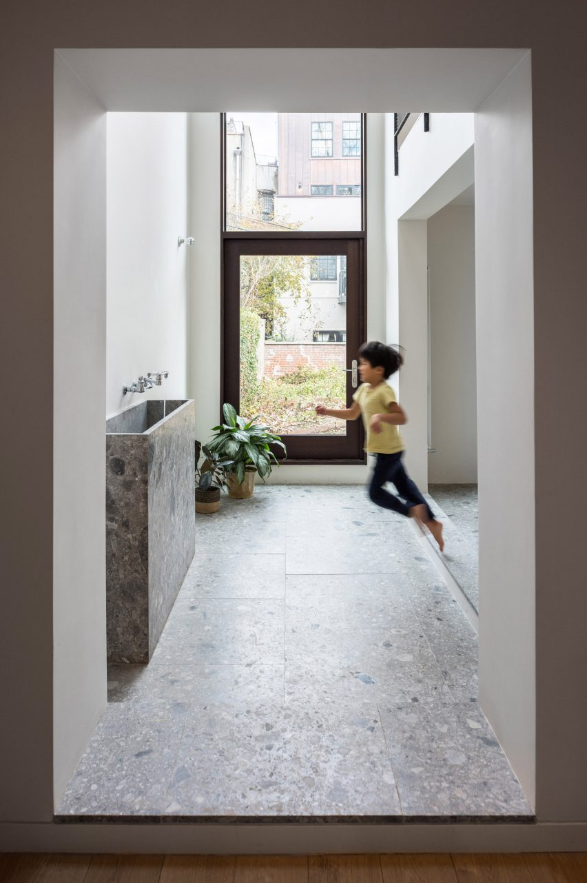 extended townhouse vondalwig architecture brooklyn new york dezeen 2364 col 6 852x1281 - NGÔI NHÀ THÔNG THOÁNG VÀ TRÀN NGẬP ÁNH SÁNG TỰ NHIÊN