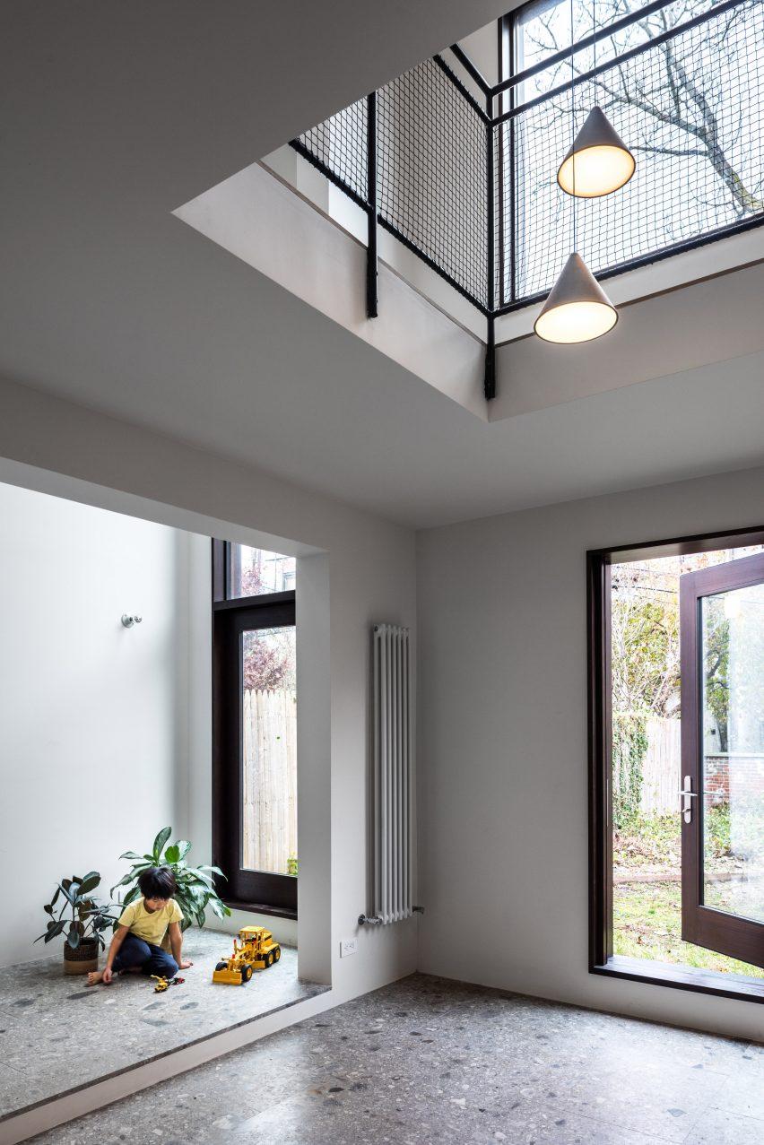 extended townhouse vondalwig architecture brooklyn new york dezeen 2364 col 7 852x1277 - NGÔI NHÀ THÔNG THOÁNG VÀ TRÀN NGẬP ÁNH SÁNG TỰ NHIÊN