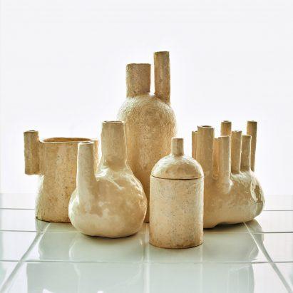 El graduado de Central Saint Martins crea vasos decorativos glaseados con orina humana