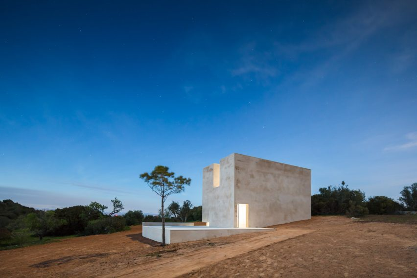 Álvaro Siza builds Capela do Monte chapel for new off-grid retreat in the Algarve
