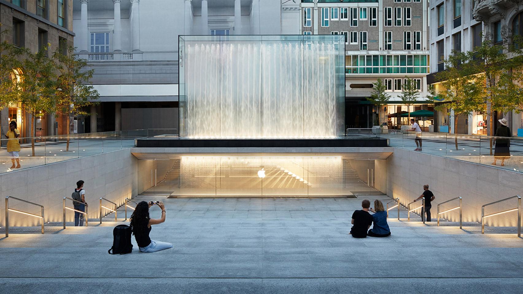 Фонтан над входом в Apple в Милане