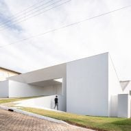 "Bloco Arquitetos gives ""abstract character"" to Cora House in Brasília"