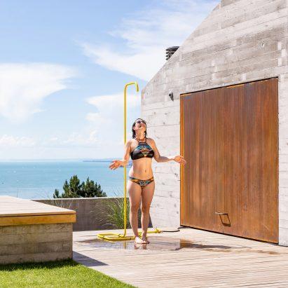 Tarantik y Egger crean una ducha al aire libre minimalista independiente