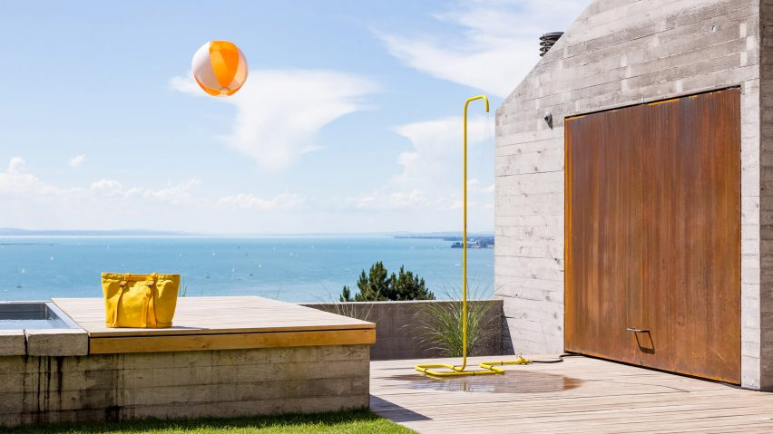Tarantik & Egger present a minimalist demountable outdoor shower