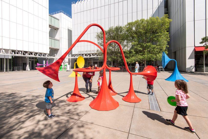 Yuri Suzuki instala seis coloridas esculturas modificadoras de sonido en Atlanta