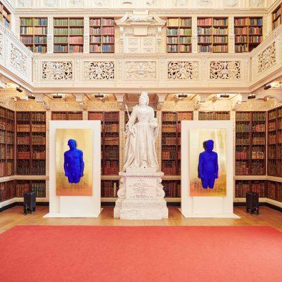 Las obras de arte ultramarinas de Yves Klein animan los interiores del siglo XVIII del Palacio de Blenheim
