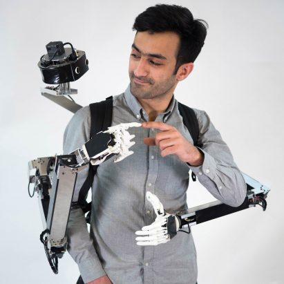 El compañero de robot estilo mochila brinda al usuario dos manos extra funcionales