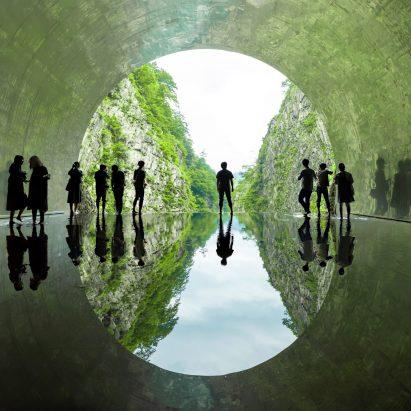 MAD transforma el túnel de montaña japonés añadiendo espejos, un spa y un lago
