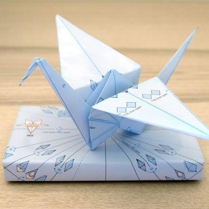 """El papel de regalo """"inútil"""" está impreso con instrucciones para doblar figuras de origami"""