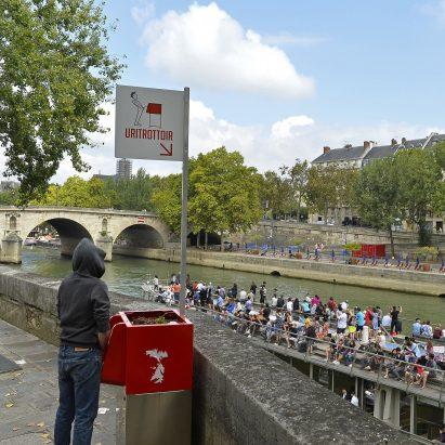 Los orinales al aire libre causan revuelo después de ser instalados en las calles de París
