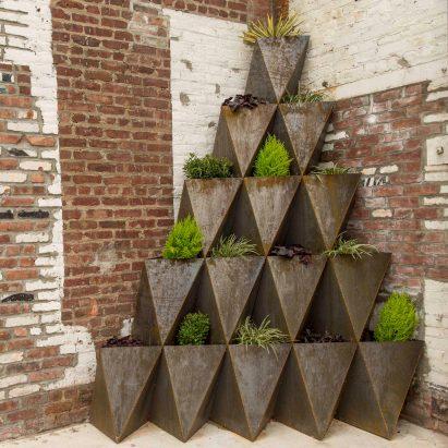 Prism Planters de The Principals se amontonan en arcos y pirámides
