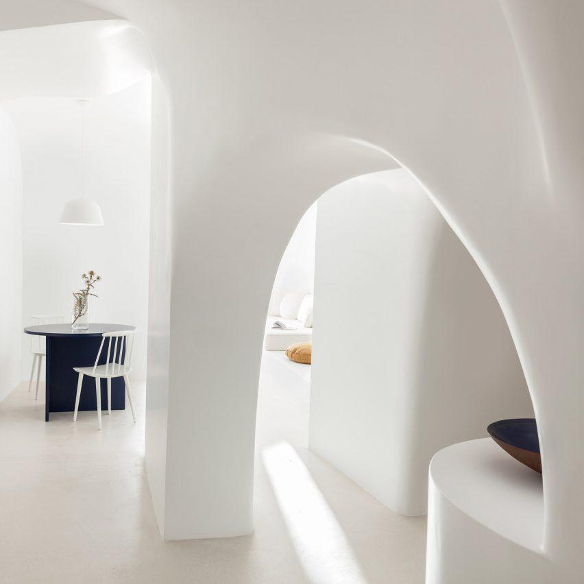 Kapsimalis Architects refurbishes Santorini cave house