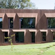 Dyed concrete walls surround Swiss embassy in Nairobi by Roeoesli Maeder Architekten
