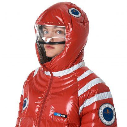 Undercover lanza una chaqueta astronauta con tema espacial y capucha de casco