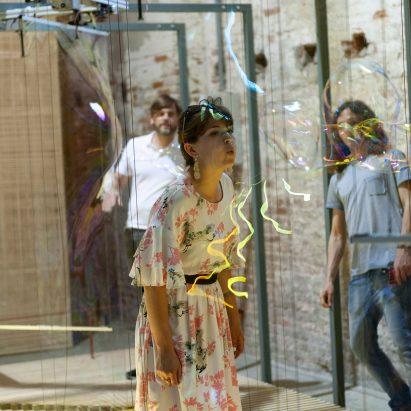 Máquina automatizada de Riccardo Blumer Atelier construye una pared con burbujas de jabón