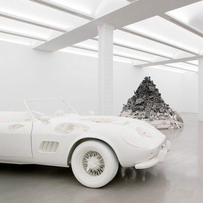 """La exposición """"distópica"""" 3018 de Daniel Arsham pervierte artículos de la cultura pop estadounidense"""