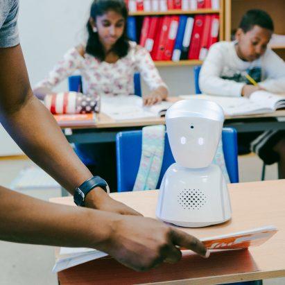 AV1 es un robot que ayuda a los niños enfermos a mantenerse al día con el trabajo escolar