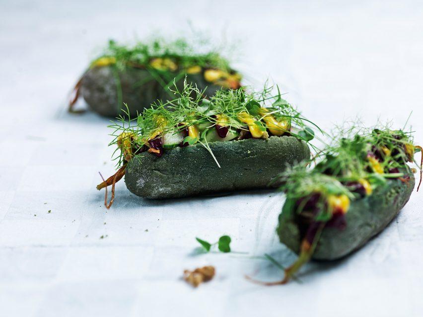 Edible energy: Simon Perez, SPACE10's chef- in-residence, developed a 'Dogless Hotdog' using the algae spirulina. © Kasper Kristoffersen