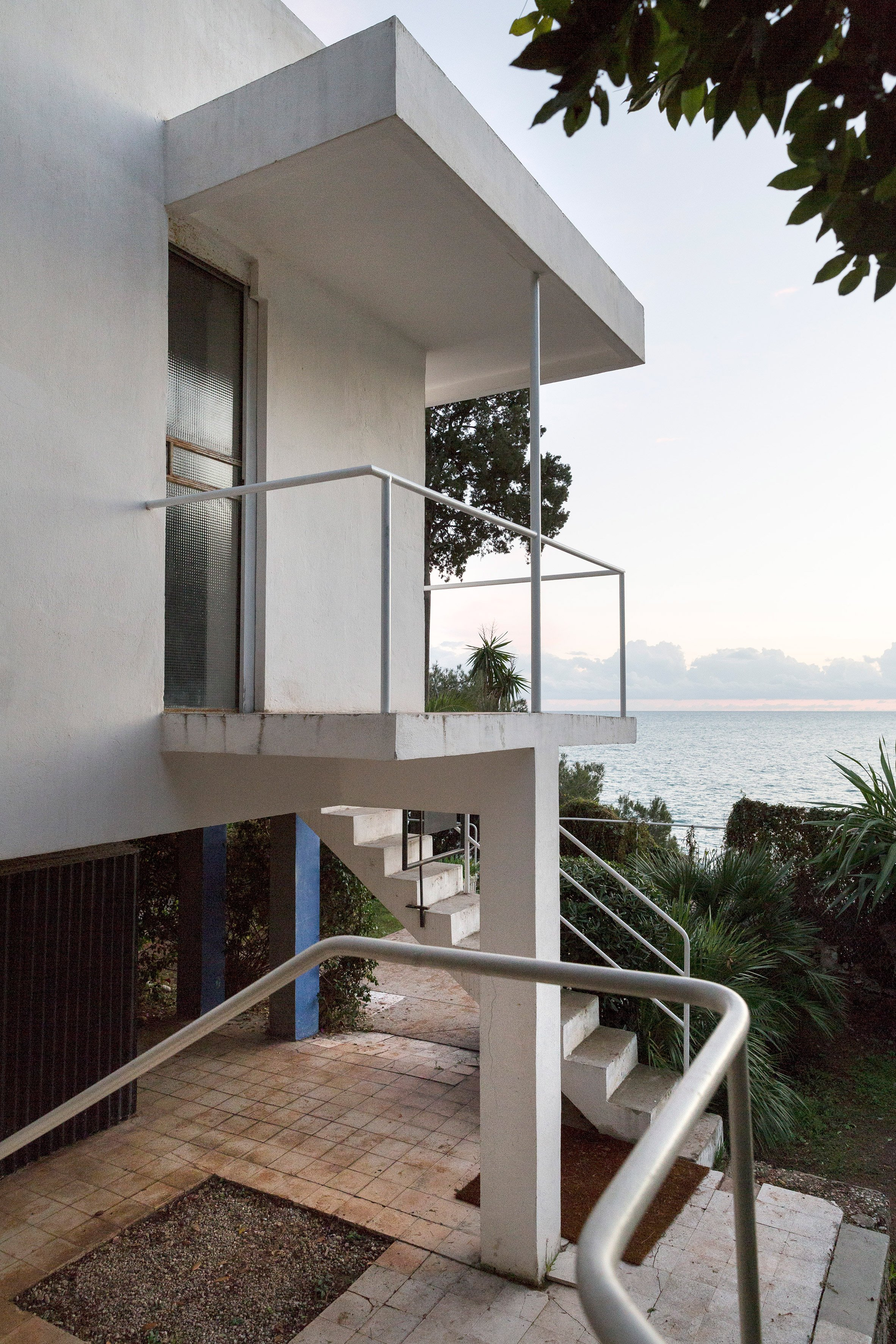 Eileen Gray\'s modernist E-1027 villa revealed in photos by Manuel Bougot