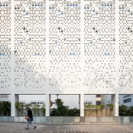 Perforated walls and subterranean spaces keep students cool at New Delhi school