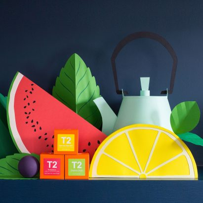 La instalación en papel de Helen Musselwhite para T2 presenta teaware de todo el mundo